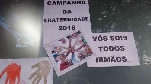 Alunos fazem cartazes sobre a Campanha da Fraternidade 2018.