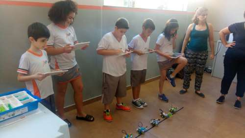 Alunos tem aulas experimentais do robótica.